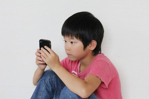 子どものスマホ依存症のイメージ画像