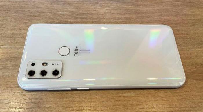 TONE-e21の本体の白デザイン+光の加減で虹が浮き出るPRISM(プリズム)と呼ばれるデザインになっていた